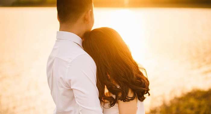 Casal triste porque tem o casamento em crise