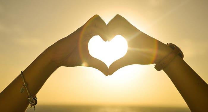 Mãos formando um coração, em comemoração ao primeiro ano de namoro