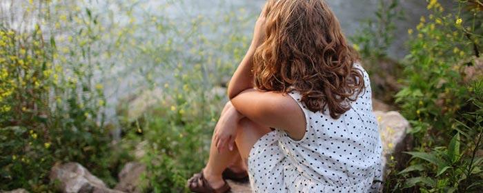Menina pensativa e triste por causa da ingratidão