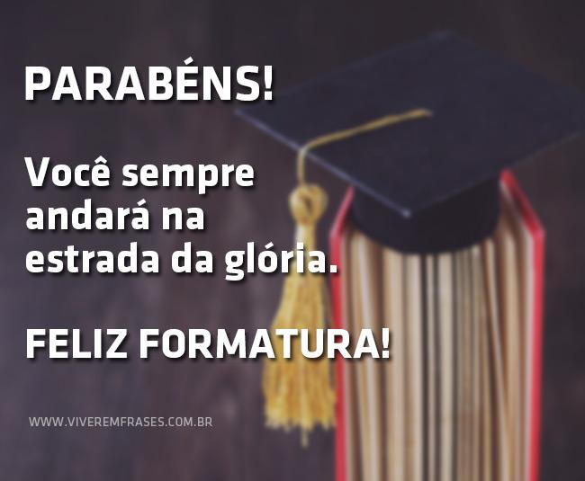 Capelo de formatura em cima de livros. Texto na imagem: Parabéns! Você sempre andará na estrada da glória. Feliz formatura!